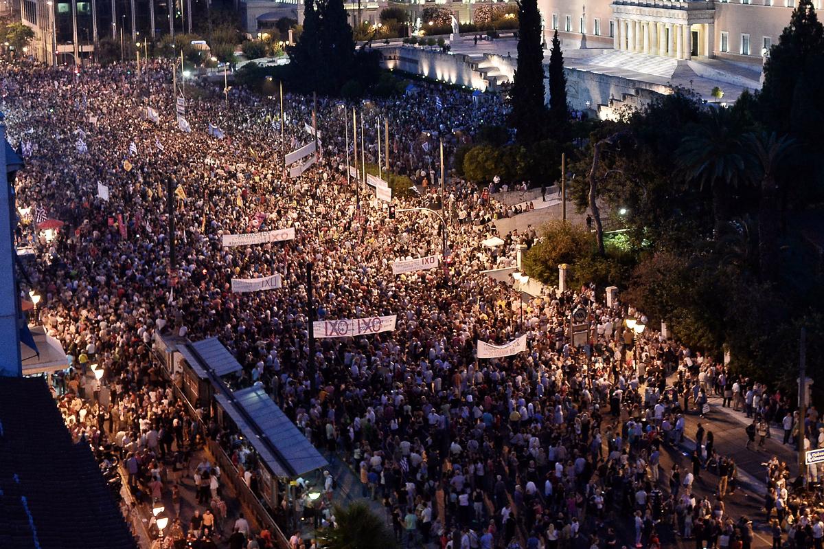 """Manifestación anoche en la Plaza Syntagma de Atenas. Se observan pancartas con la palabra """"οχι"""", """"no"""" en griego   © Milos Bicanski, Getty Images"""