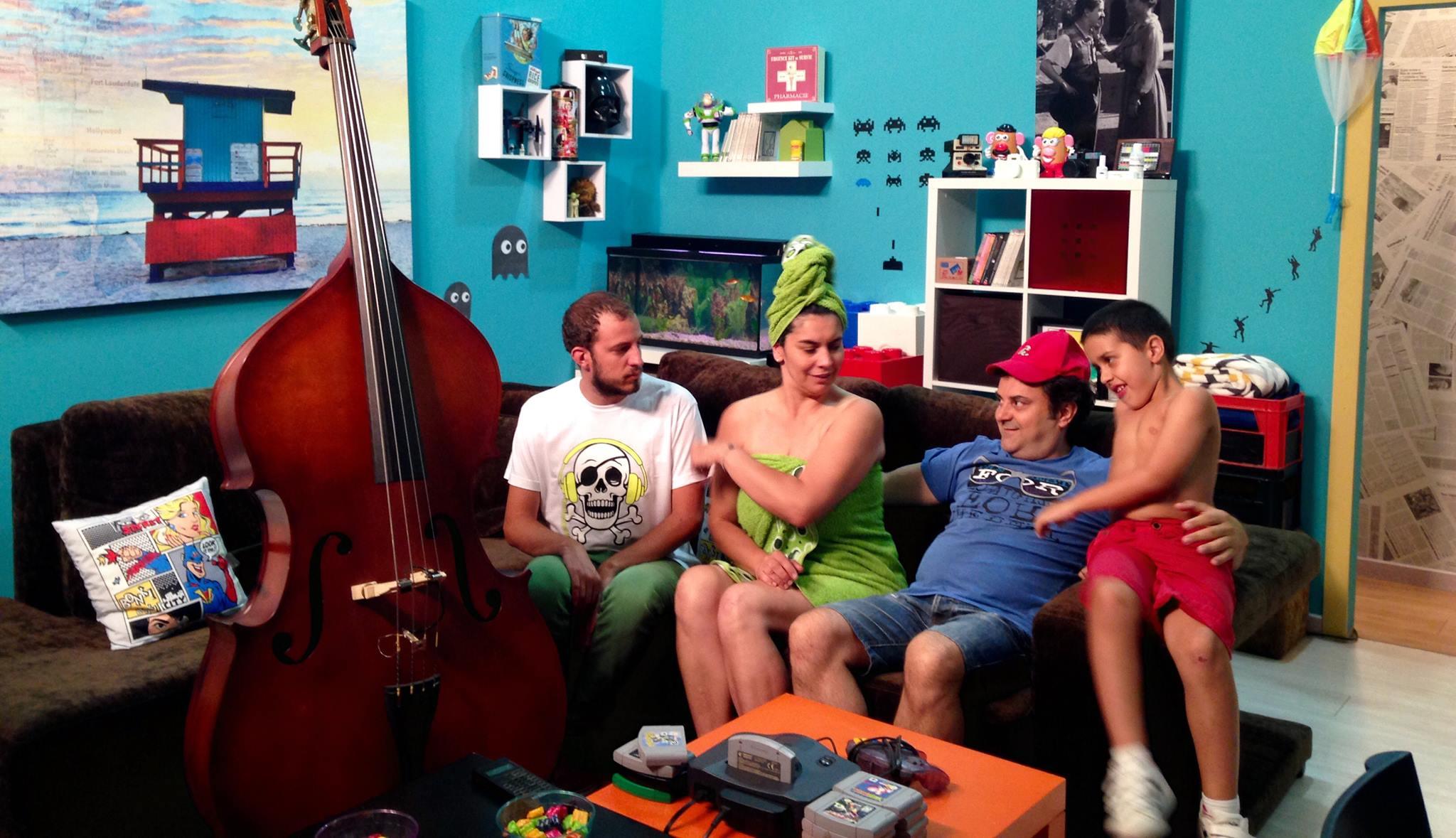 Miguel (primero por la izquierda) será sordo, pero toca la guitarra y escucha el sonido del microondas |  © IdenDeaf