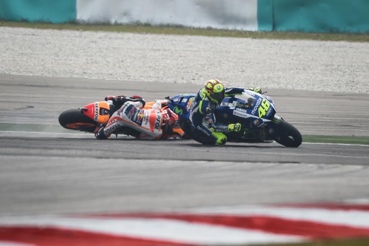 Valentino Rossi y Marc Márquez en la accidentada carrera de Sepang
