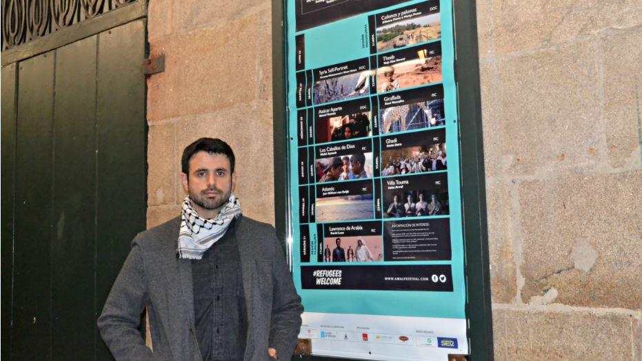 Ghaleb Jaber diante do Teatro Principal, onde se celebra o Amal | ©Andrea Oca