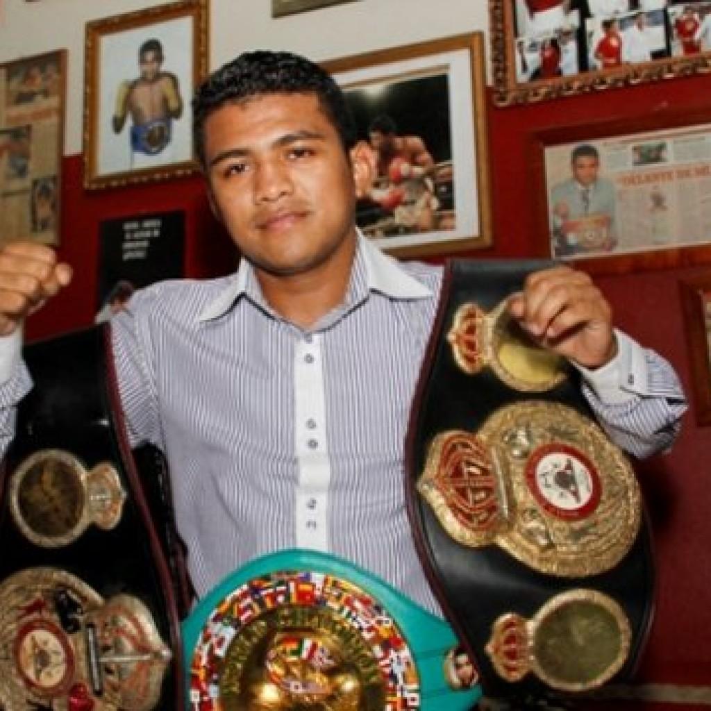 Román González con sus cinturones de campeón.Imagen sacada de noticieroenfoque.com