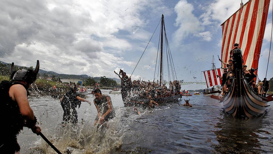 Escena del desembarco vikingo, en 2015 © Martina Miser (lavozdegalicia.es)