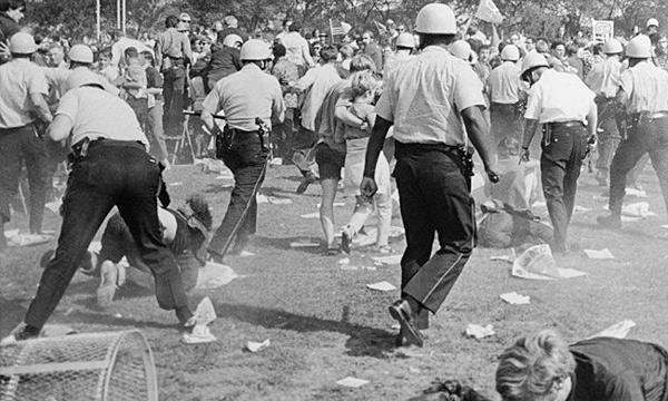 Policías cargando contra manifestantes durante las revueltas de Chicago en 1968 | @Associated Press