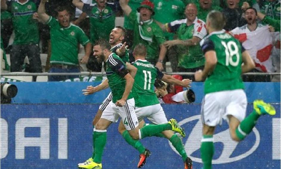 Los futbolistas de Irlanda del Norte celebran el tanto de McAuley frente a Ucrania | ©AP Foto