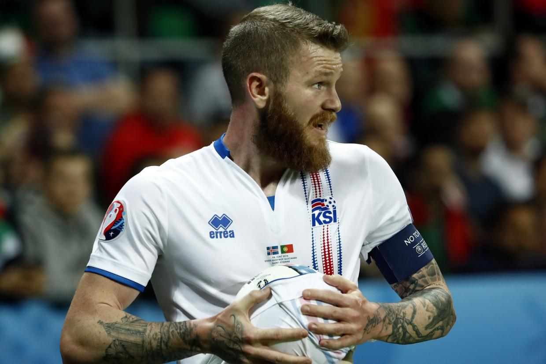 Gunnarsson, capitán de Islandia, antes de realizar uno de sus característicos saques de banda | ©Standard UK