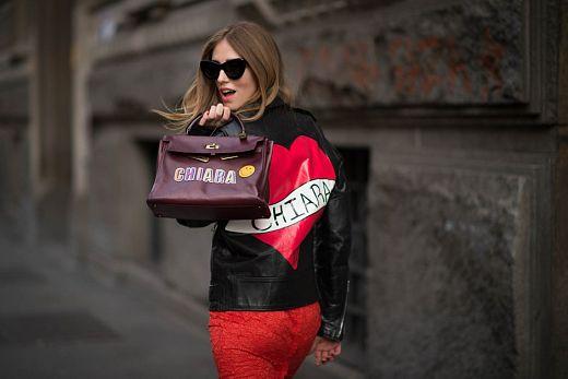 La blogger  Chiara Ferragni, se sumó a esta tendencia luciendo bolso y biker con su nombre. | © theblondesalad.com