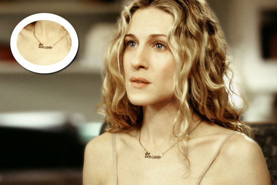 El personaje de ficción, Carrie Bradshaw, puso de moda el colgante personalizado con su nombre. | © Glamour.com