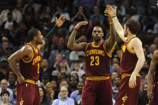 Kyrie Irving LeBron James y Kevin Love | ©sportsawakening.com
