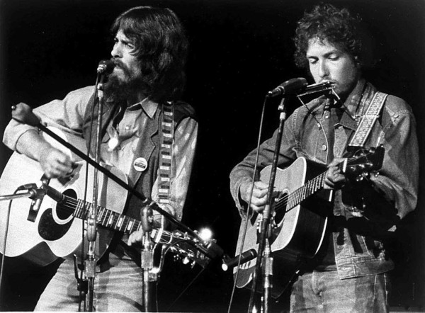 George Harrison y Bob Dylan tocan juntos en el Madison Square Garden | ® Bettmann