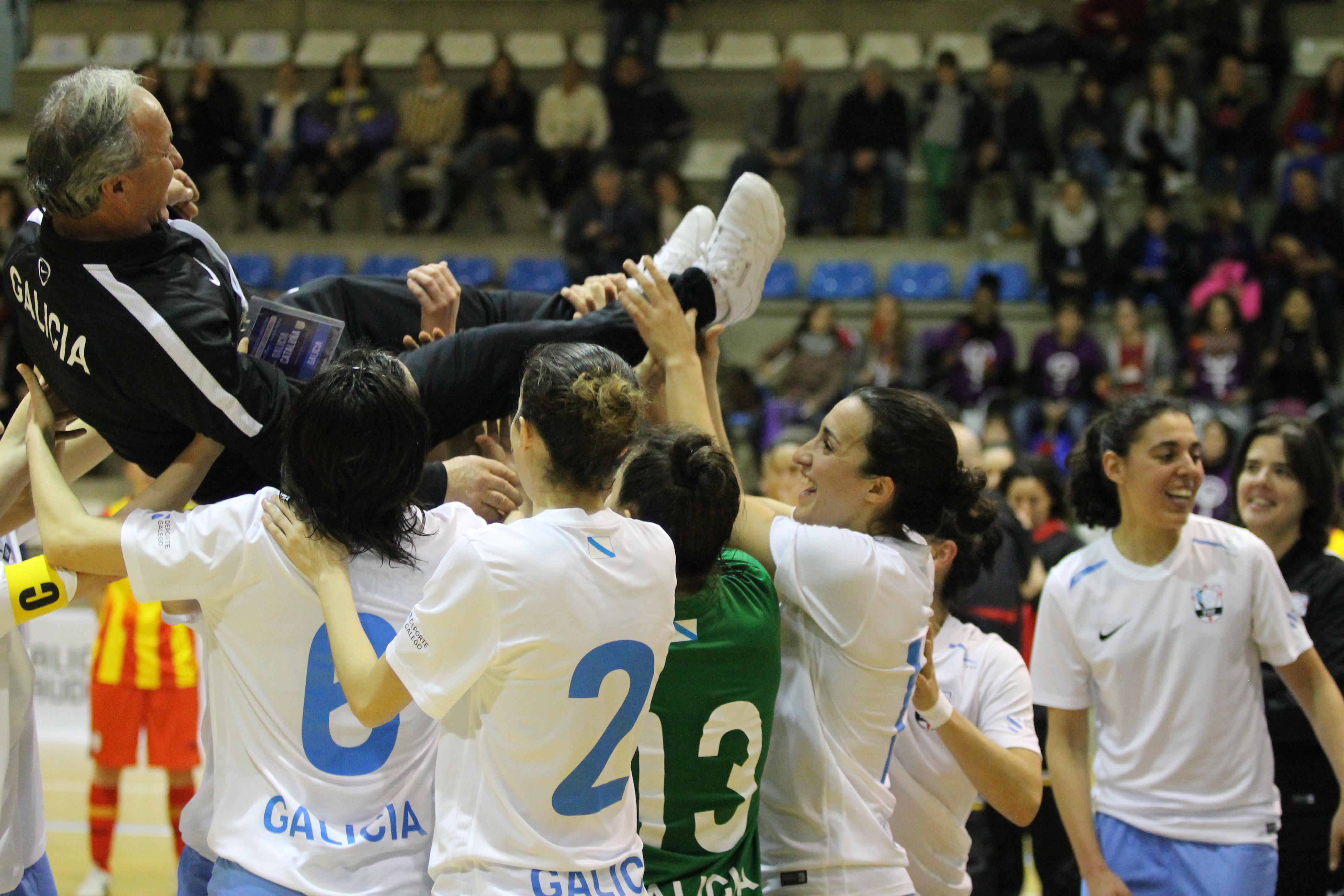 As xogadoras galegas manteando ó seleccionador Castillo tras a victoria | ©Álex Estévez