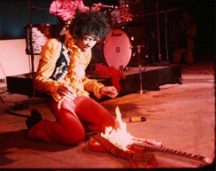 Jimi Hendrix y su guitarra en llamas en su actuación en Monterey ©D.A. Pennebaker